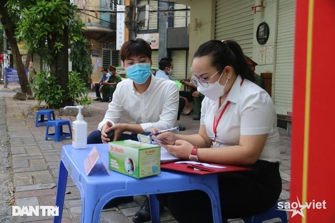 Theo chân công an Hà Nội xử lý người ra đường không lý do chính đáng - 7