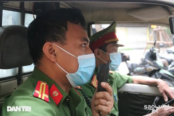 Theo chân công an Hà Nội xử lý người ra đường không lý do chính đáng - 9