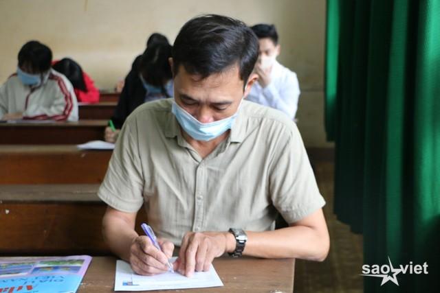 Thí sinh 53 tuổi tự tin đi thi tốt nghiệp để làm gương cho con, cháu - 1