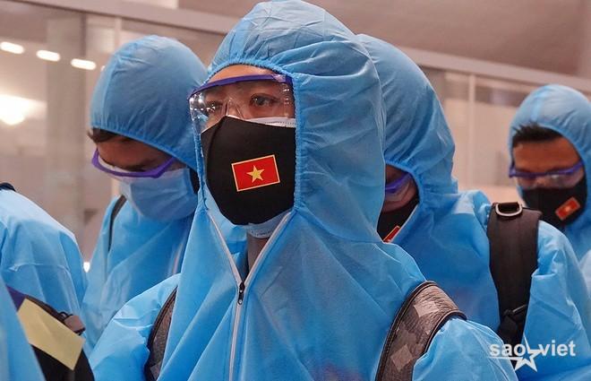 Các tuyển thủ Việt Nam mệt mỏi ra sân bay về nước - 1