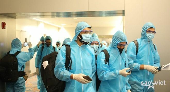 Các tuyển thủ Việt Nam mệt mỏi ra sân bay về nước - 2