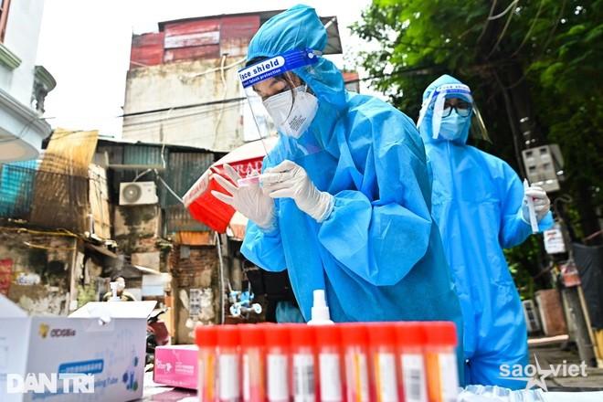 Hà Nội: Ở cùng phòng F0, nam dân quân trực chốt dương tính SARS-CoV-2 - 1