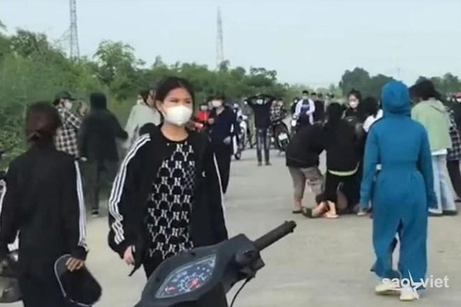 Hai nhóm nữ sinh mang túyp sắt, gậy gộc hỗn chiến như trong phim - 1