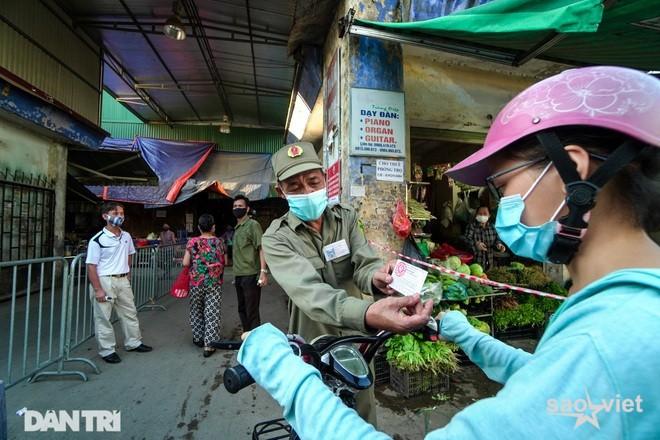 Từ 6/9, người đi chợ, đi siêu thị ở Hà Nội xin giấy đi đường như thế nào? - 1