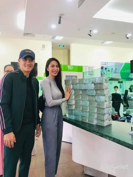 Netizen tranh cãi hình ảnh Thuỷ Tiên tặng ca nô cứu trợ cho bà con miền Trung nhưng chỉ ghi tên 2 vợ chồng? - Ảnh 3.
