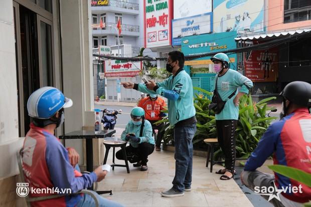 Nhiều quán ăn uống ở Sài Gòn cùng mở bán trở lại: Bún bò bán 300 tô/ngày, shipper xếp hàng mua trà sữa - Ảnh 7.