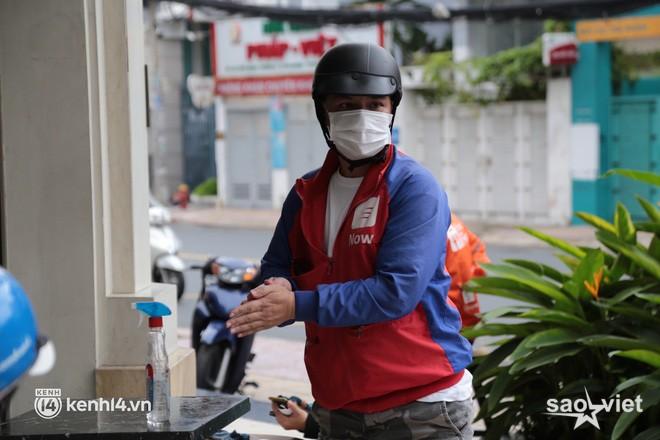 Nhiều quán ăn uống ở Sài Gòn cùng mở bán trở lại: Bún bò bán 300 tô⁄ngày, shipper xếp hàng mua trà sữa - Ảnh 9.