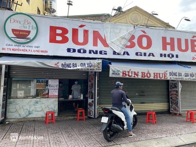 Nhiều quán ăn uống ở Sài Gòn cùng mở bán trở lại: Bún bò bán 300 tô⁄ngày, shipper xếp hàng mua trà sữa - Ảnh 2.