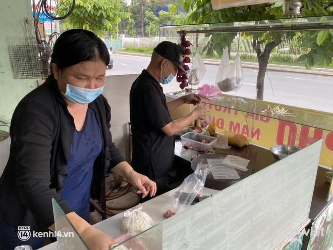 Nhiều quán ăn uống ở Sài Gòn cùng mở bán trở lại: Bún bò bán 300 tô⁄ngày, shipper xếp hàng mua trà sữa - Ảnh 4.