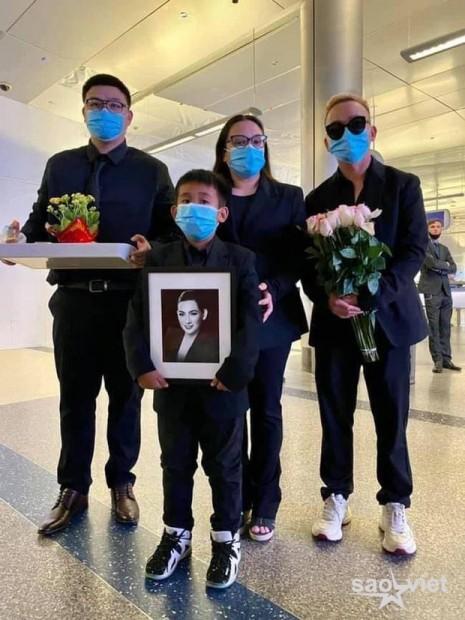 Con gái ruột cố ca sĩ Phi Nhung bật khóc nức nở bên Việt Hương khi nhận tro cốt của mẹ ở sân bay - Ảnh 2.