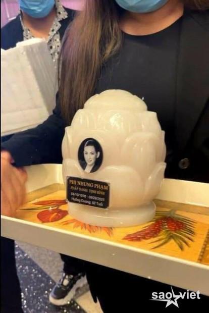 Con gái ruột cố ca sĩ Phi Nhung bật khóc nức nở bên Việt Hương khi nhận tro cốt của mẹ ở sân bay - Ảnh 5.
