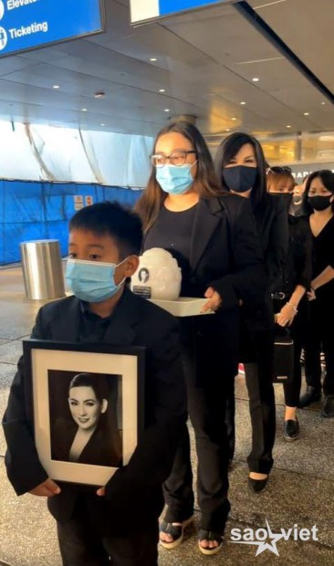 Con gái ruột cố ca sĩ Phi Nhung bật khóc nức nở bên Việt Hương khi nhận tro cốt của mẹ ở sân bay - Ảnh 7.