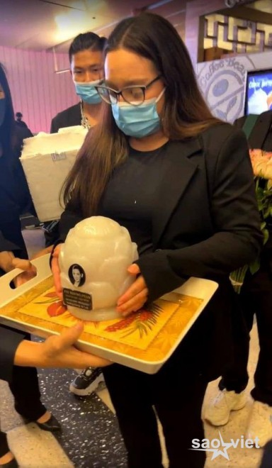Con gái ruột cố ca sĩ Phi Nhung bật khóc nức nở bên Việt Hương khi nhận tro cốt của mẹ ở sân bay - Ảnh 8.