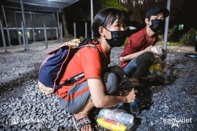 Đôi chân phồng rộp trên hành trình đi bộ hồi hương của những lao động nghèo, cả gia đình 4 người chỉ có 7.000 đồng giắt lưng - Ảnh 2.