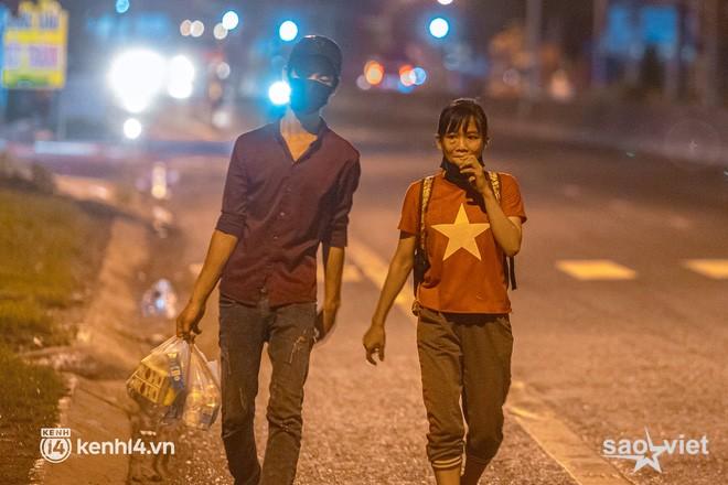 Đôi chân phồng rộp trên hành trình đi bộ hồi hương của những lao động nghèo, cả gia đình 4 người chỉ có 7.000 đồng giắt lưng - Ảnh 8.