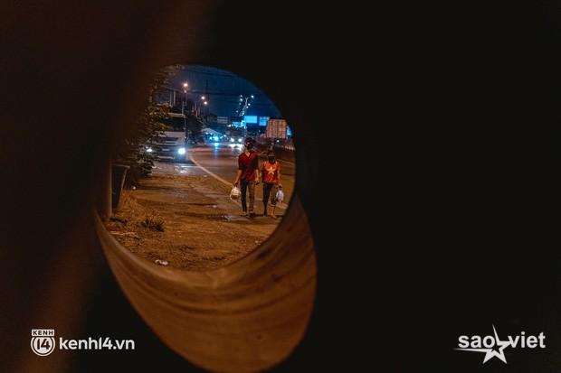 Đôi chân phồng rộp trên hành trình đi bộ hồi hương của những lao động nghèo, cả gia đình 4 người chỉ có 7.000 đồng giắt lưng - Ảnh 9.