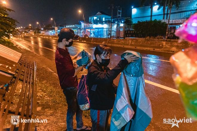 Đôi chân phồng rộp trên hành trình đi bộ hồi hương của những lao động nghèo, cả gia đình 4 người chỉ có 7.000 đồng giắt lưng - Ảnh 10.