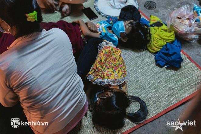 Đôi chân phồng rộp trên hành trình đi bộ hồi hương của những lao động nghèo, cả gia đình 4 người chỉ có 7.000 đồng giắt lưng - Ảnh 13.
