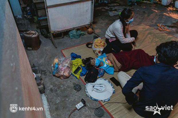 Đôi chân phồng rộp trên hành trình đi bộ hồi hương của những lao động nghèo, cả gia đình 4 người chỉ có 7.000 đồng giắt lưng - Ảnh 14.