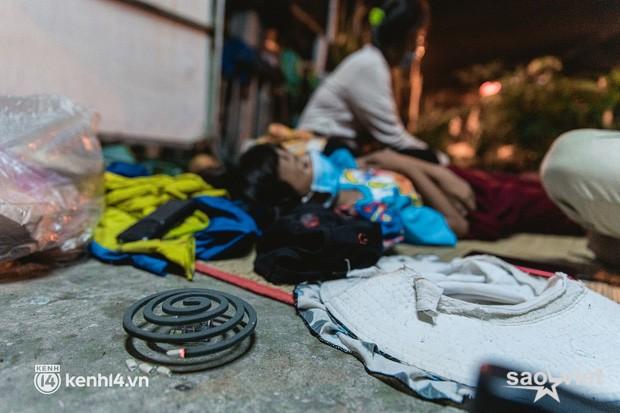 Đôi chân phồng rộp trên hành trình đi bộ hồi hương của những lao động nghèo, cả gia đình 4 người chỉ có 7.000 đồng giắt lưng - Ảnh 15.
