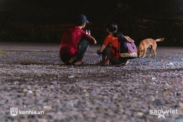 Đôi chân phồng rộp trên hành trình đi bộ hồi hương của những lao động nghèo, cả gia đình 4 người chỉ có 7.000 đồng giắt lưng - Ảnh 3.