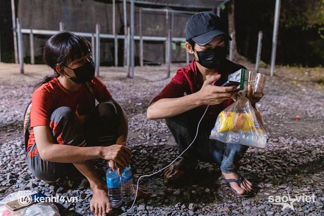 Đôi chân phồng rộp trên hành trình đi bộ hồi hương của những lao động nghèo, cả gia đình 4 người chỉ có 7.000 đồng giắt lưng - Ảnh 4.