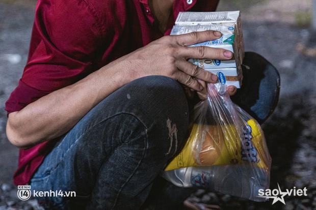 Đôi chân phồng rộp trên hành trình đi bộ hồi hương của những lao động nghèo, cả gia đình 4 người chỉ có 7.000 đồng giắt lưng - Ảnh 5.