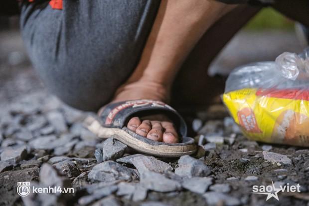 Đôi chân phồng rộp trên hành trình đi bộ hồi hương của những lao động nghèo, cả gia đình 4 người chỉ có 7.000 đồng giắt lưng - Ảnh 6.