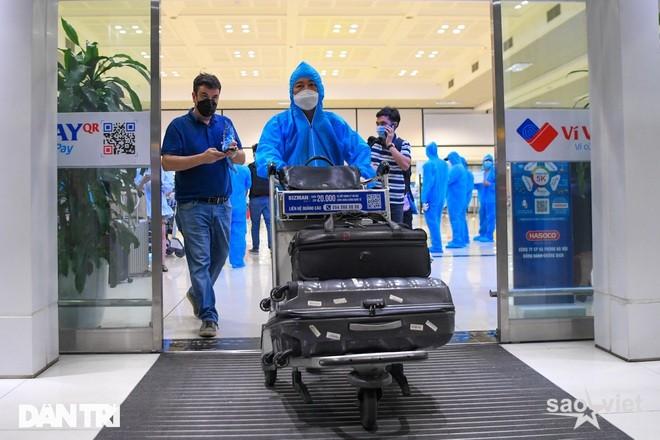 Hà Nội đề xuất treo biển trước cửa nhà người bay về từ Đà Nẵng, TPHCM - 1
