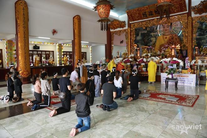 Lễ hoả táng cố ca sĩ Phi Nhung tại Việt Nam: Con trai nuôi ôm chặt di ảnh, không khí tang thương bao trùm gây đau xót - Ảnh 6.