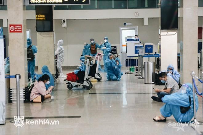 """Ngày đầu sân bay Tân Sơn Nhất phục vụ khách thương mại trở lại: """"Suốt đêm tôi không ngủ được vì quá mong chờ về quê"""" - Ảnh 10."""