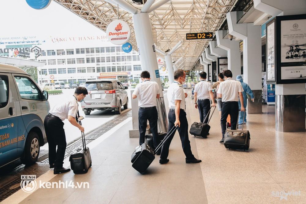 Ngày đầu sân bay Tân Sơn Nhất phục vụ khách thương mại trở lại: Suốt đêm tôi không ngủ được vì quá mong chờ về quê - Ảnh 12.