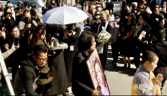 Tang lễ ca sĩ Phi Nhung tại Mỹ: Bên kia thế giới, mong em đừng đau buồn thêm nữa - Ảnh 2.